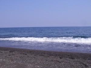 Kamari vakantiebestemming met zwart strand op Santorini