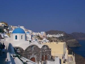 Santorini films opnames in het dorp Oia.