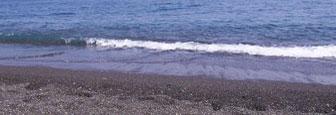 Strand bij Kamari op Santorini